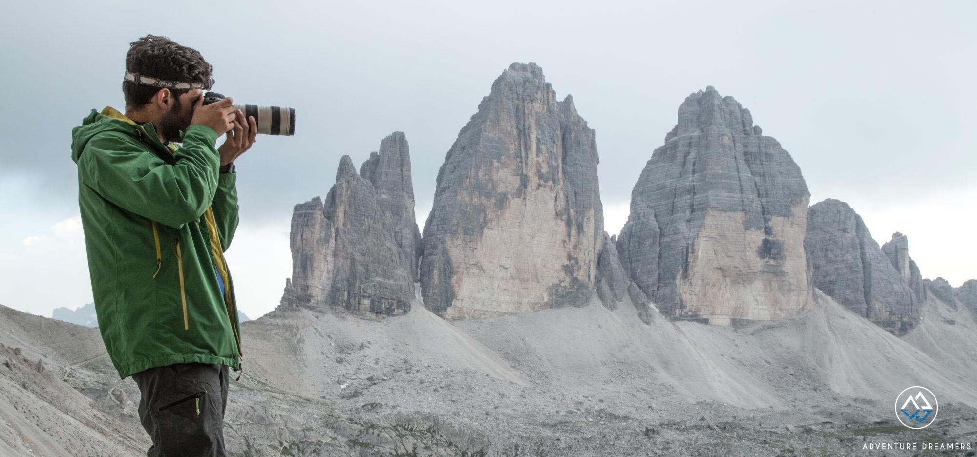 Luca di Adventure Dreamers durante un servizio fotografico alle Tre Cime di Lavaredo, Dolomiti